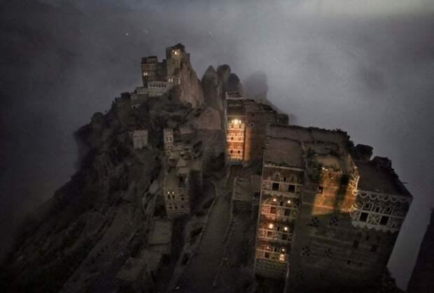 Шугруф, Йемен: Утренний туман мистическим образом поднимается из долины к маленькой деревне Шугруф в горах Хараз. Фотография: Матяз Кривич