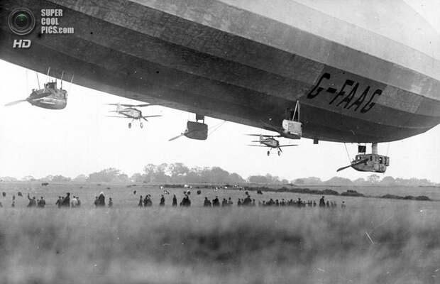 Октябрь 1926 года. Пара самолётов Gloster Grebe по бокам британского военного дирижабля R33. (Deutsches Bundesarchiv)