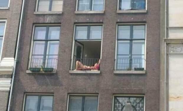 1. Все уже знают, что лучший загар - на балконе или окне