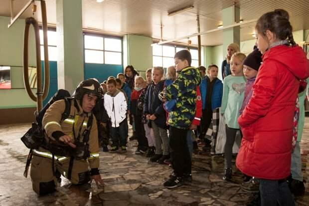 О правилах безопасности из уст пожарных: спасатели МЧС САО провели экскурсию для школьников