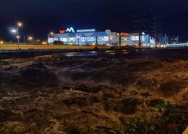 Ливень, вой сирен и потопы по улицам: что было этой ночью в Сочи