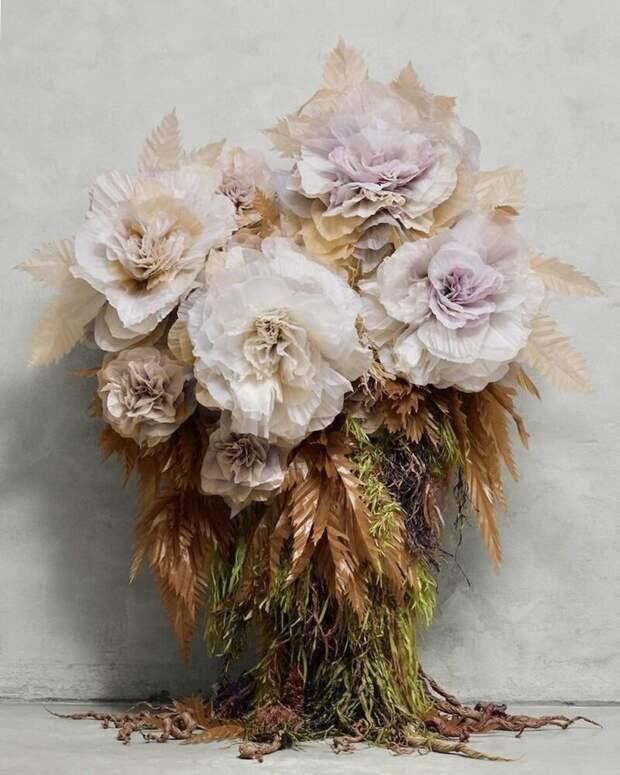 «Каждому из нас необходима красота»: зачем эта женщина создает огромные цветы