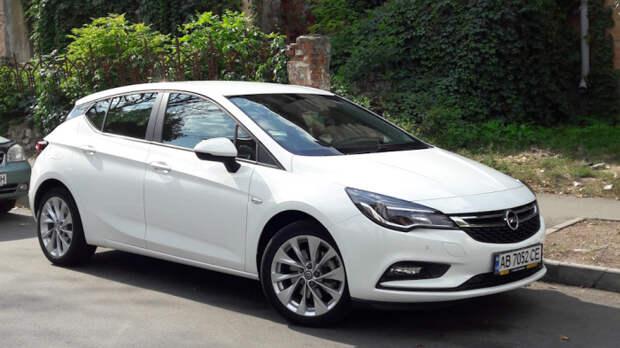 Популярный европейский хэтчбек Opel Astra K стал меньше и легче, чем предыдущая модель Astra J. | Фото: drive2.ru.