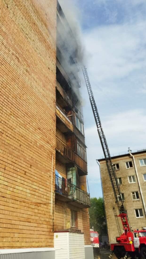 В Ижевске борются с пожаром в жилом доме