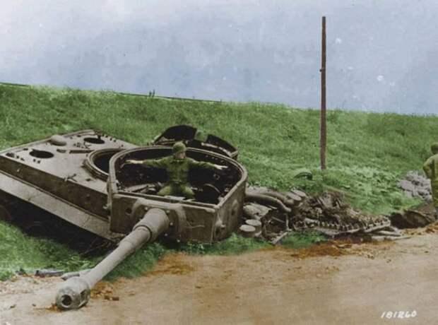 Американский солдат в башне уничтоженного Тигра. источник: pinterest.com
