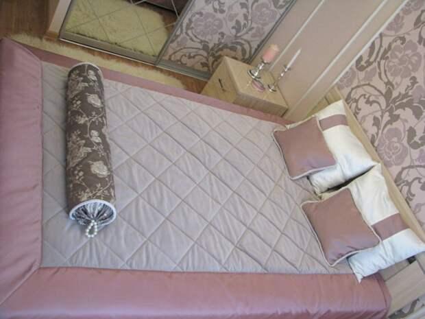 Покрывало - сделано на заказ, остальное - шторы (кроме подхваченных, они из Икеи, отлично вписались), подушки - сделано бабулиными руками, под моим руководством