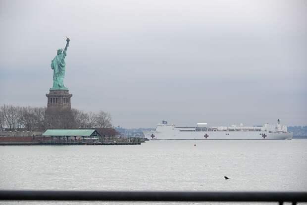 В Нью-Йорк прибыл корабль-госпиталь. Там разместят больных не коронавирусом
