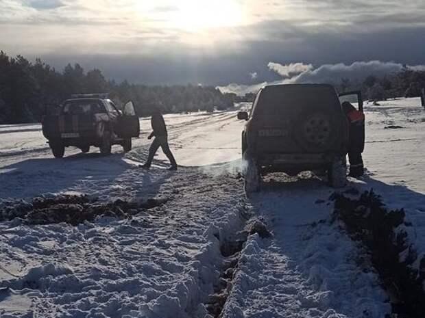 На плато Ай-Петри в снегу застрял внедорожник. Фото