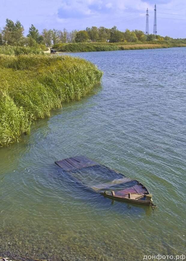 Затопленая лодка.