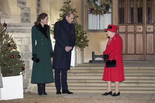 Личный биограф королевской семьи рассказал, кто научил Елизавету Вторую пользоваться Zoom