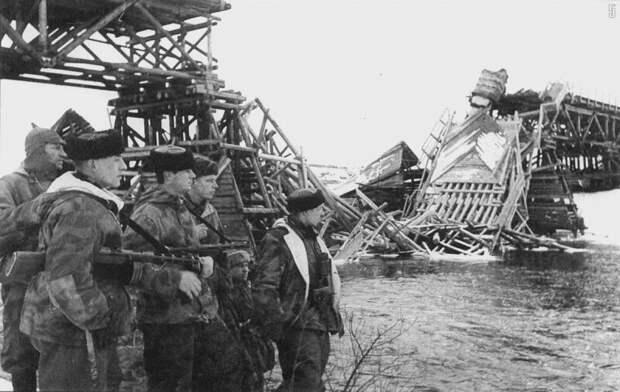 Бойцы подрывной группы Тернопольского партизанского соединения у взорванного моста. 5 января 1944 года. ретро фото, фотт, это интересно