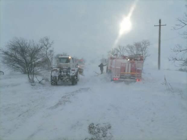 Два десятка машин доставали из снега в Ленинском районе