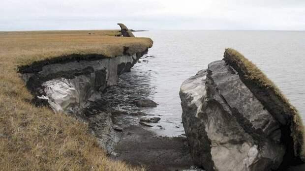 Удар был осколок скалы, обнажив вечную мерзлоту. Фото USGS.