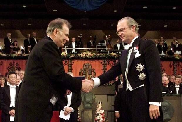 С королем Швеции Карлом XVI Густавом во время вручения Нобелевской премии по физике, 2000 год AP Photo/Jonas Ekstromer/Pressens Bild