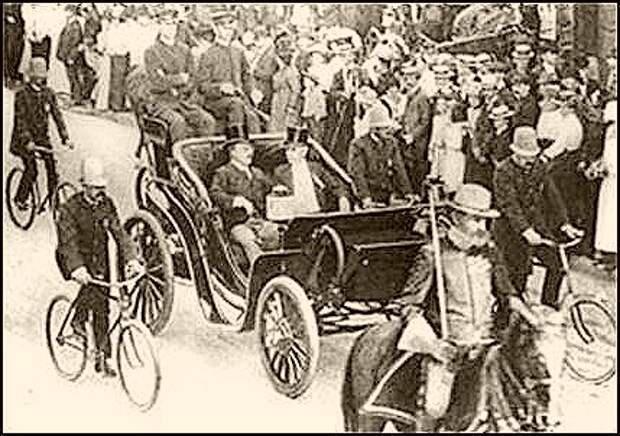 Почетный конный эскорт и полицейские агенты-велосипедисты в охране электромобиля президента США Теодора Рузвельта. Фото 1901 год