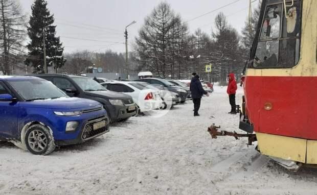 В Туле водитель припарковал Kia прямо на трамвайных рельсах