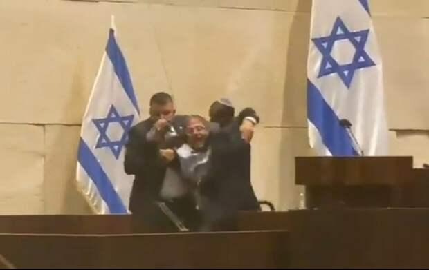 Скандал в Кнессете: еврейского депутата силой вывели из зала по команде арабского депутата