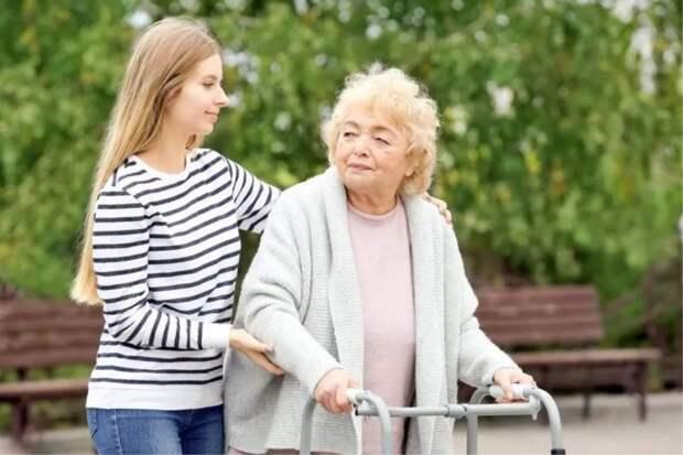 Помогает и ухаживает неродная по крови внучка, а имущество бабушка планирует завещать «своей»