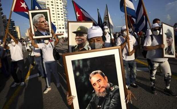 На фото: люди посещают культурно-политическое мероприятие на приморском проспекте Малекон с тысячами людей в знак поддержки кубинской революции после восстания антиправительственных демонстрантов по всему острову, в Гаване, Куба.