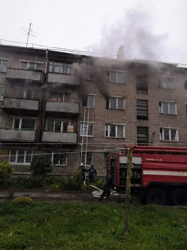 В пожаре на улице Орджоникидзе в Ижевске погибла женщина, 10 человек спасли