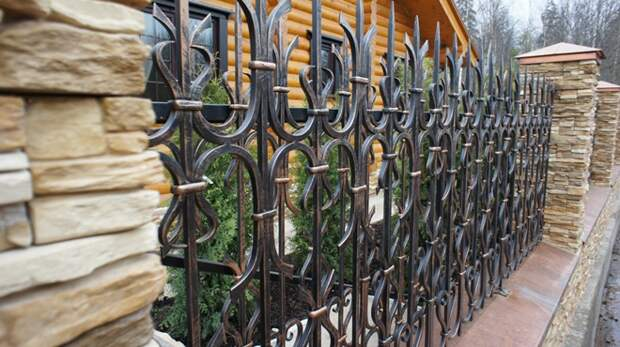 Кованые заборы: разновидности, преимущества и уход (102 фото)