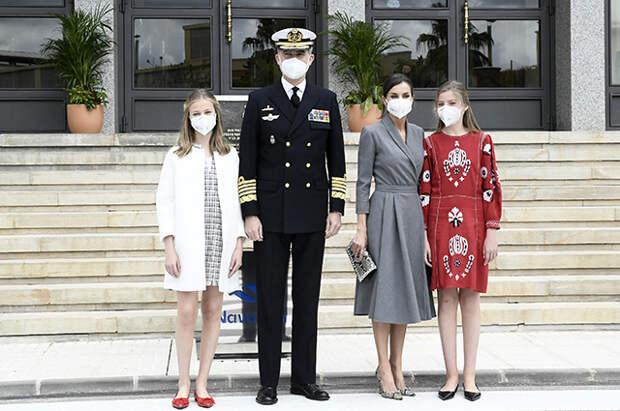 Королева Летиция и король Филипп VI с дочерьми на церемонии спуска подлодки на воду