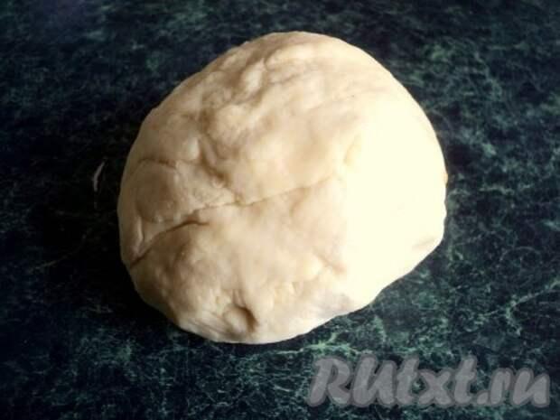 В горячей воде размешать соль и, подливая постепенно в муку, замесить тесто. Месить 5-10 минут. Накрыть тесто миской и дать постоять 30 минут.