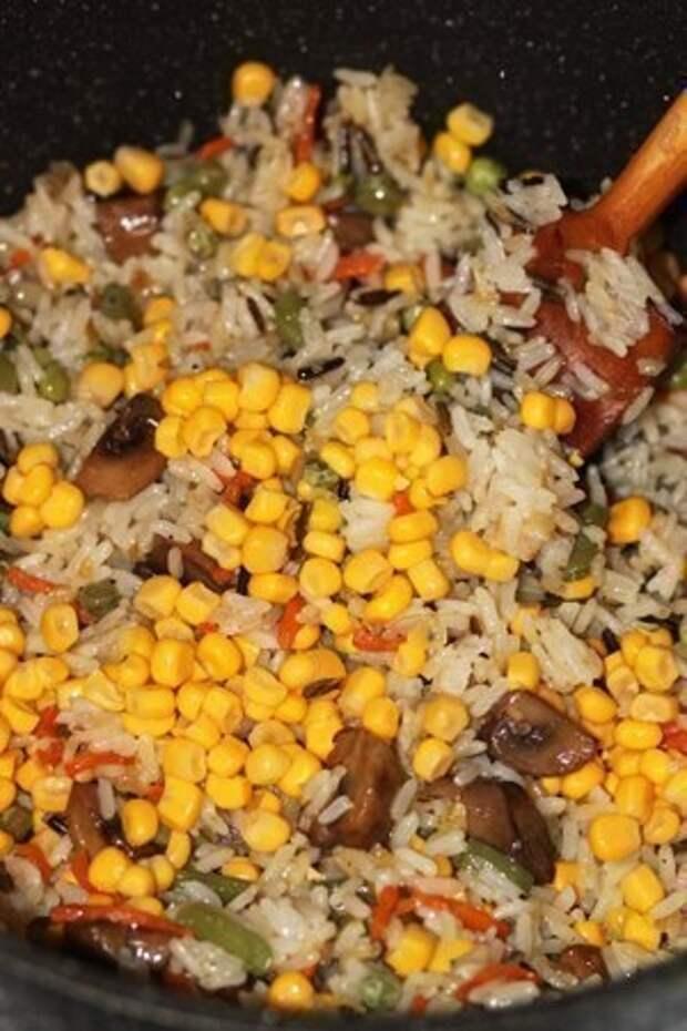 Фото к рецепту: Невероятно вкусный рис с овощами и грибами