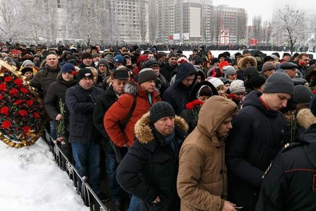 Несколько сотен кемеровчан пришли проститься с погибшими (ВИДЕО)