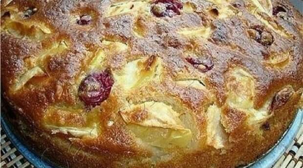 Шарлотка яблочная с вишней: Такую вкусную мало кто пробовал