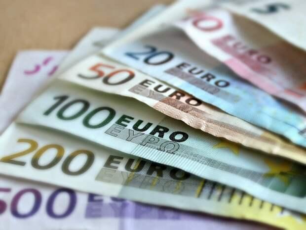 В Еврокомиссии предложили запретить платить наличными на сумму более 10тыс. евро