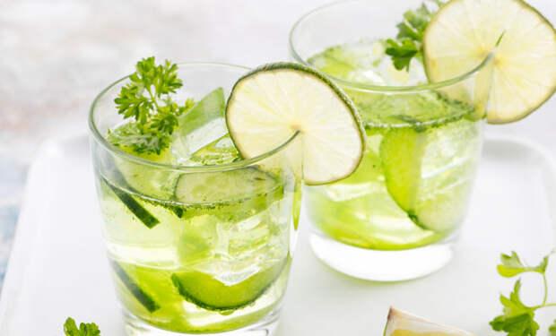 Лимонад освежает и бодрит: смешиваем огурцы и петрушку с газированной водой