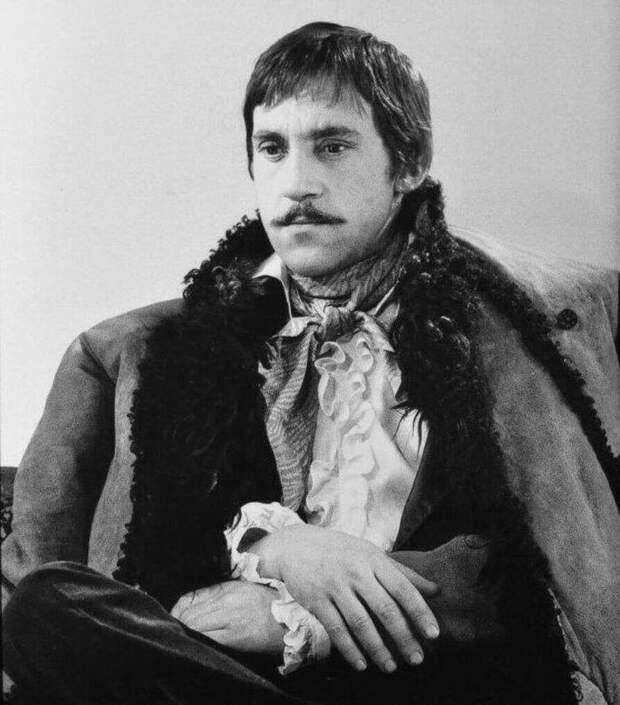 Владимир Высоцкий в образе Евгения Крестовского, офицера-авантюриста