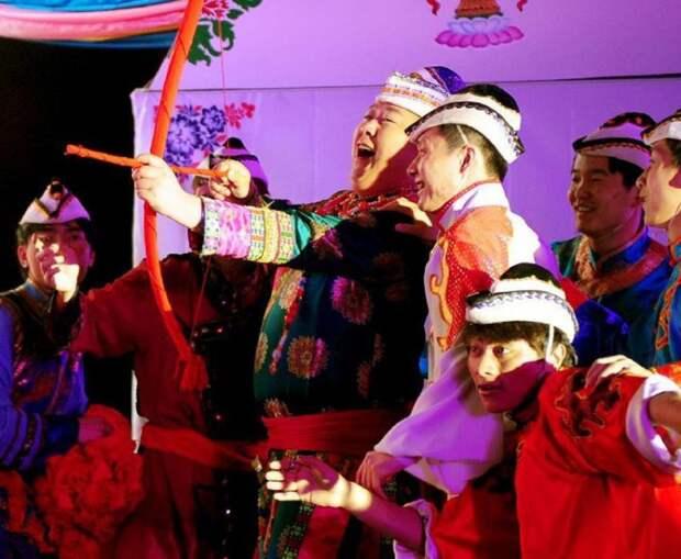 wedding tradition yugur arrow 800x658 25 удивительно странных свадебных традиций со всего мира