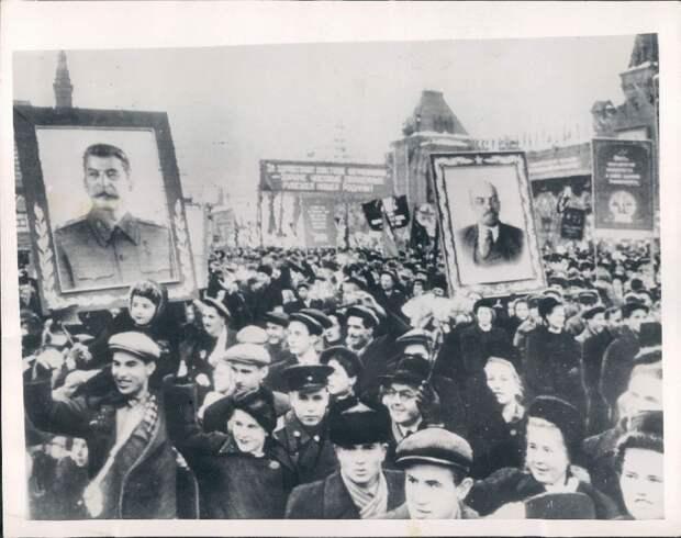 1952. Москва. Толпы народа несут плакаты с лидерами страны во время демонстрации на Красной площади