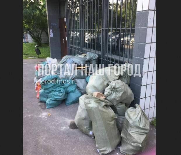 У подъезда на улице Исаковского образовалась стихийная свалка мусора