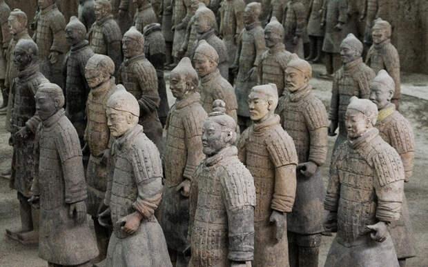 Терракотовая армия В 1974 году группа из семи китайских фермеров обнаружила удивительное археологическое сокровище — армию терракотовых солдат, надежно укрытых под землей. Открытие стало удивительным подарком для всей нации, а вот сами фермеры будто навлекли на себя страшное проклятие. Трое из них вскоре погибли насильственной смертью, шестеро оставшихся скончались в ближайшее десятилетие от болезней.