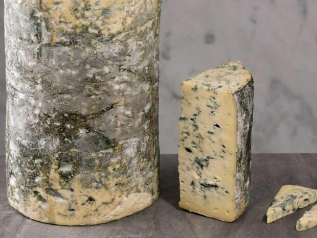 Сыр лежит долго без потери вкуса: перекладываем из пленки в бумагу