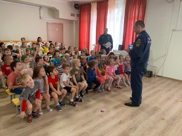 Пожарные 55 ПСЧ провели в детском садике открытый урок. Фото: МЧС