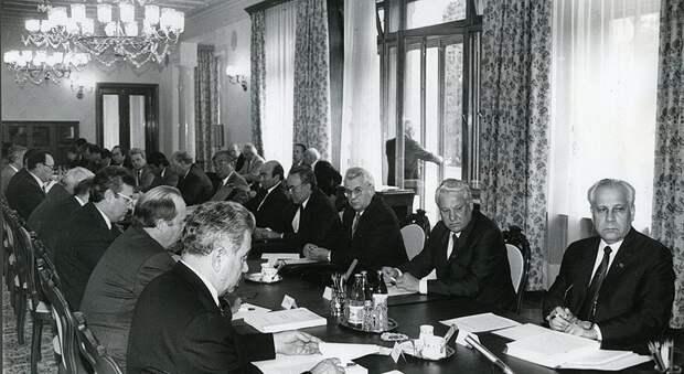 Непримиримые друзья в Ново-Огарёво (справа налево): А.И. Лукьянов, Б.Н. Ельцин, Л.М. Кравчук и «другие лица»