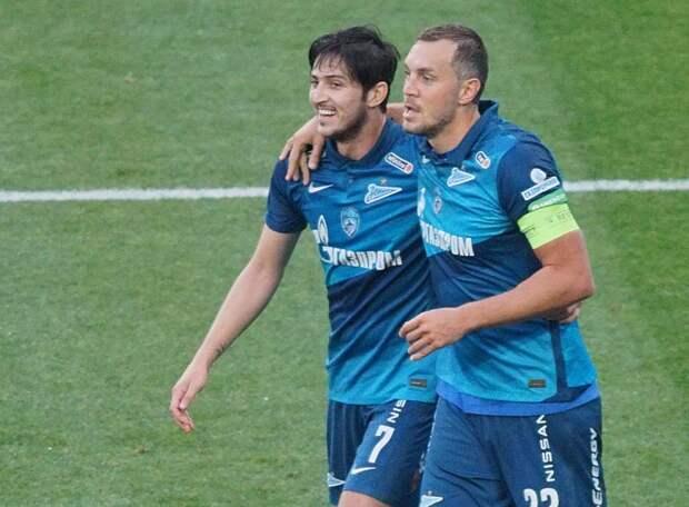 «Зенит» голами Дзюбы и Азмуна срезал честолюбивые планы «Динамо», выйдя на чистое первое место. Вот в еврокубках бы так