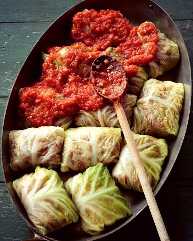 Голубцы, фаршированные говядиной, свининой и рисом, в остром томатном соусе