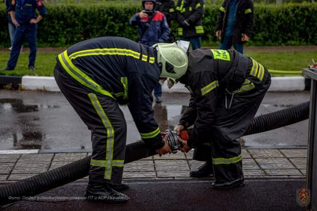 Столичные пожарные приняли участие в конкурсе по боевому развертыванию