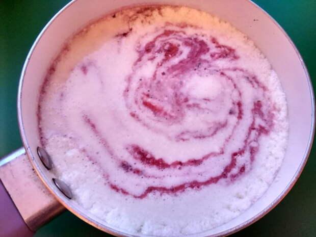 Добавить ягоды, желе и сахар