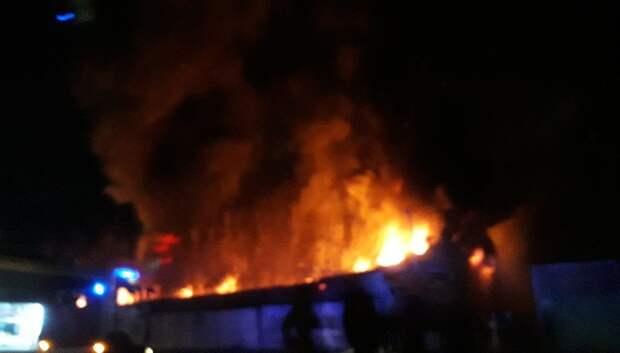 Открытое горение ликвидировали в автосервисе в Подольске