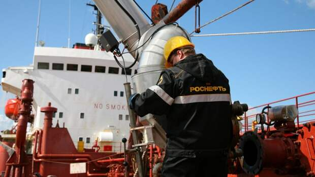 «Роснефть» начала бункеровку судов экологичным топливом вроссийских речных портах