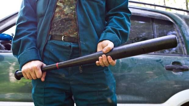Новосибирский таксист едва не сбил пешехода и пришел извиняться с битой в руках