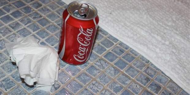 Отчистить пол поможет Кола. /Фото: sbly-web-prod-shareably.netdna-ssl.com
