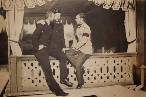 Три товарища (слева направо): великий князь Александр Михайлович (Сандро), великий князь Георгий Александрович и великий князь Николай Александрович (Ники). Ливадия. 1894 (?) год.