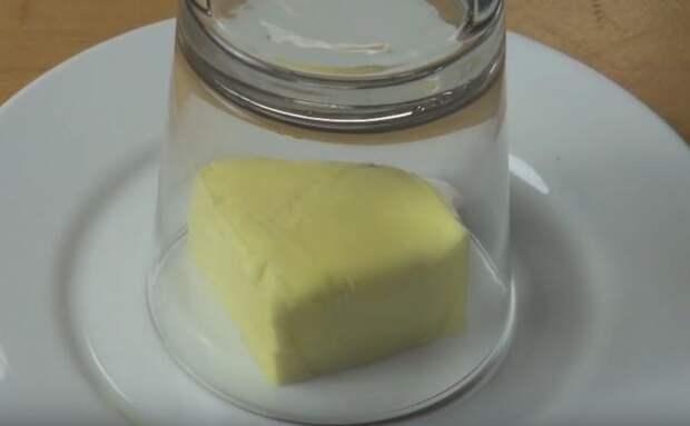 Смягчить масло до нужной кондиции достаточно просто с помощью простого стакана. /Фото: cdn.rpr1.de